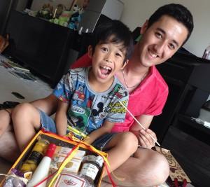 ホームステイの留学生と子どもの2ショット